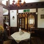 英国の風 マナーハウス - 美しい装飾の中に異色を放つ非常灯(・Θ・)