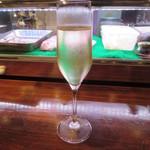 ワイン食堂 根 - 本日のグラスワイン泡 850円