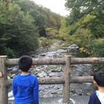 民宿 フィールドノート - 民宿アプローチの橋からは釣り人が!