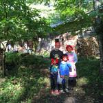 民宿 フィールドノート - フィールドノートの山おやじと奥様とチビっ子達で記念撮影!