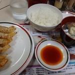 42369137 - ◆餃子定食(430円)・・餃子6個・ご飯・お味噌汁のセット。                       餃子は皮が薄く食べやすい品です。