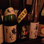 みずのえ - カウンターに日本酒瓶