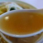 珍楽飯店 - 鶏ベースの清湯に具材の旨みが混じったスープ