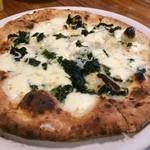 ピッツェリア ピッキ - 釜揚げシラスと青海苔のピッツァ。モッツァレラと青海苔の風味、そして程よいシラスの塩気が素晴らしい一品です。