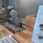 吉田パン - 店内でお客さんがオーダーしたら、コッペパンの中に具材をつめていきます。