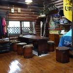 丸太小屋レストラン  びんずる - 店内のテーブル席