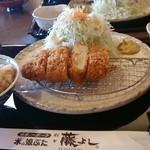 とんかつ藤よし - ランチタイムのひかえめロースカツ定食750円…写真とる前に一つ食べてしまいました( ̄▽ ̄;)
