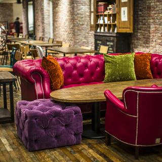 贅沢なソファー席やキュートなデザインのテーブルが魅力