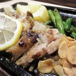 活いか・皮はぎ・ふぐ・牛肉・和食鮮魚 英二楼 - 華味鶏のもも肉レモンステーキ風鉄板 780円       レモンステーキは九州は長崎佐世保市のご当地グルメです。