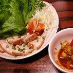 新陳代謝促進食堂 辛辛 - ゆで豚のレタス包み、アボカドとトマトのサラダ