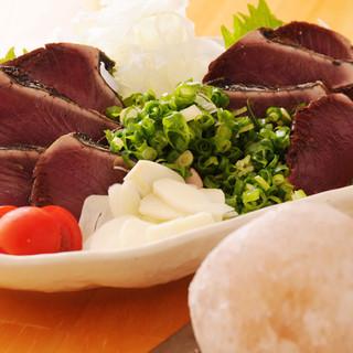 当店自慢の「鰹の塩タタキ」はモンゴル産の岩塩を使用。