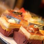 Vivid - 『ケーキ』   コーヒーに本当によく合うケーキをご自由にお選び下さい。