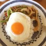 cafe かわのほとり - ガパオライス 850円 豚ひき肉ホーリーバジル炒めごはん(目玉焼き、スープ付き)