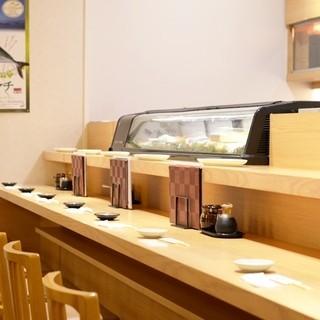 寿司職人が目の前で握ります。
