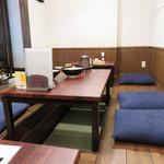 博多もつ鍋前田屋 - 掘り炬燵式の小上がり。 カウンター席とテーブル席もあります。