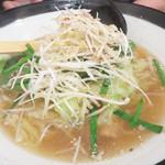 博多もつ鍋前田屋 - 博多もつラーメン830円。 もつ鍋らしい具のキャベツとニラの他に、白髪葱も沢山トッピングされています。スープはあっさり醤油味です。