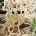 博多もつ鍋前田屋 - 麺は博多ラーメンではなく、中太の縮れ麺でした。 シャキシャキの白髪ネギと一緒に頂くと、シャープな風味と弾力を一緒に味わえます。