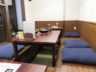 博多もつ鍋前田屋 博多店 - 掘り炬燵式の小上がり。 カウンター席とテーブル席もあります。