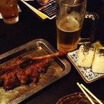 骨付鶏 ひろ - 親鶏とビールとオニギリ鉄板の夕食組合せ