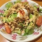 サイゼリヤ - あったかポークと半熟卵のサラダ。あったかくないけどね(´ω`;)生姜焼みたいで美味しい。