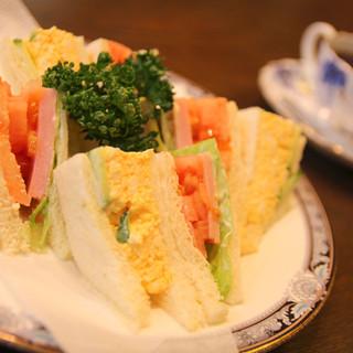 ボリューム満点のサンドイッチ