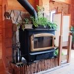 木夢 - 入ったところには大きな薪ストーブが・・