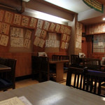 居酒屋 きらく - 壁に貼られたメニューは、和洋中、色々なジャンルの料理が混在。