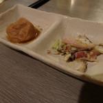 居酒屋 きらく - お通しはイカとキャベツのサラダ、さつま揚げ煮(値段不明)