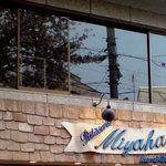 ミヤハラ - 2階の窓に桜がうつってますね