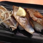 沼津魚がし鮨 流れ鮨 浜松市野店 - 炙り酢〆いわし3種 180円税別