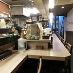 柔製麺 - カウンター席の奥の方から、入口付近を撮影