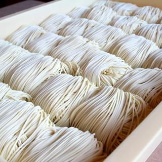 粉にもこだわってつくる自家製麺は、スープとの一体感を大切に