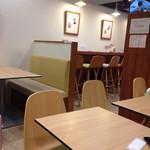 カフェ ペリーニ - テーブル席からカウンター席をのぞむ