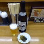 福しん - 瓶ビール(470円)と無料の高菜漬け