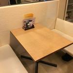 オムライス専門店 エグロン - テーブル席