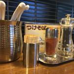 麺鮮醤油房 周月 - 卓上調味料たち