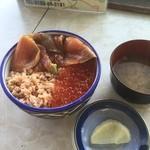 ウトロ漁協婦人部食堂 - 秋鮭3種丼 / お味噌汁と漬物がつきました