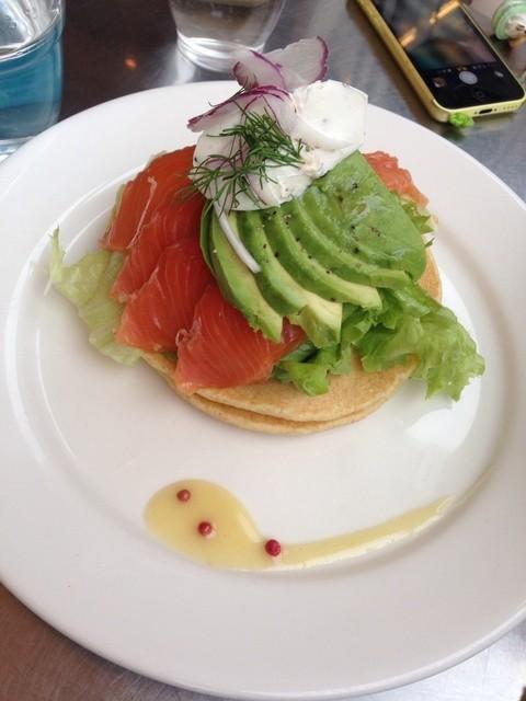 レインボーパンケーキ - サーモン&アボカドパンケーキ