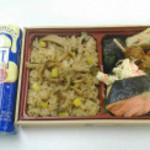 柿安ダイニング 新宿伊勢丹店 - 秋の味覚を愉しむきのこご飯弁当 帰り道に買ったお菓子と並べて撮影