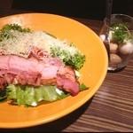 居酒屋 土間土間 - お肉屋さんのシーザーサラダと卵のピクルス