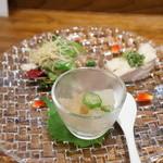 私厨房 勇 - 夏野菜のゼリー寄せ、蒸し鶏の葱生姜野沢菜ソース、鮮魚のサラダ