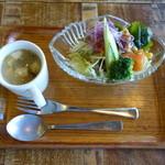 ソウルフードカフェ カモメ - セットについているサラダと味噌汁