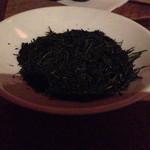 42582686 - 淹れる前の茶葉をつまんで食べさせてもらえます。