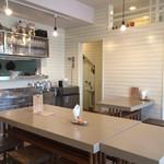 サントクカレー - 201510 お店の内観は白を貴重としたシンプルでクリーンな内装