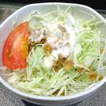 大衆居酒屋 ちゃぶ屋 - 「トンカツ&からあげカレーライス」サラダ