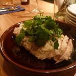 ルスティコ - 鶏もも肉の蒸し鶏パクチーとエシャロットソース