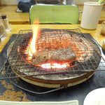 42597514 - カルビを焼くと火の勢いが。