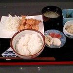 バジクル - <旧バジクル>ある日の日替わり定食。鶏の唐揚げ、副菜2品、味噌汁、漬物