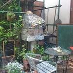 と Cous Cous - 中庭 ピザ窯が見えます。