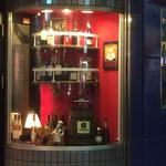 42601518 - 入り口右の飾り棚にワインが並んでいます。